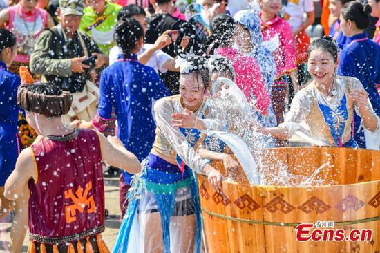 Qixi Festival celebrated with splashing water in Baoting