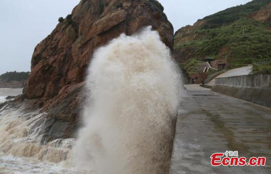 Typhoon Lekima causes high waves in Taizhou