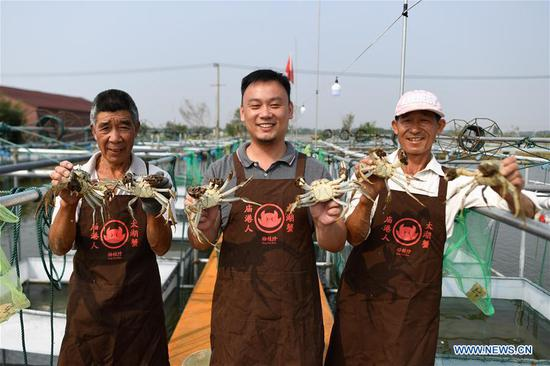 Farmers in China's Zhejiang busy in harvest season of Taihu Lake crab