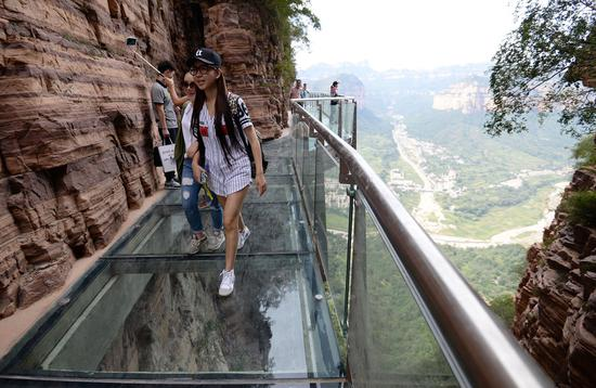 China gives unsafe glass walkways the boot