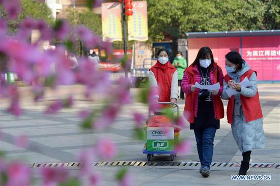 Community staff purchase daily necessities for enclosed households in Nanchang
