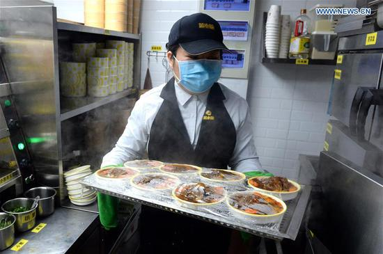 Catering company voluntarily serves free lunches to medical staff in Hefei