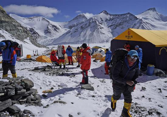Team measuring Qomolangma height to reach summit Friday